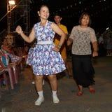 泰国人未认出的民间舞和传统服装在夜市场步行街道上 免版税库存照片