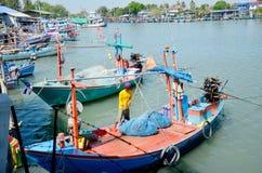 泰国人渔船为钓鱼在夜间做准备在fi 免版税库存照片