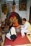 泰国人祈祷与卡利市印度女神雕象在神房子里在Thamel 免版税库存图片
