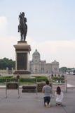 泰国人祈祷朱拉隆功(Rama V)雕象国王 库存照片