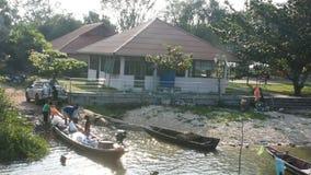 泰国人被停泊的小船处理和从小船的移动的产品去提取汽车 股票视频