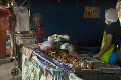泰国人购买和销售街道食物在路旁边在地方餐馆 库存照片