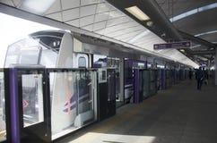 泰国人远航,并且等待MRT紫色线skytrain去猛击 免版税库存图片