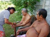 泰国人通过给诗歌选和倾吐庆祝Songkran天 免版税库存图片