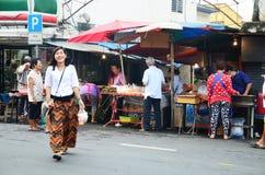 泰国人购物的食物在早晨在Bangyai小市场上 库存照片