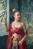 泰国传统一致的礼服,穿典型的泰国礼服的妇女 库存图片