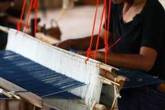 泰国传统夫人编织的编织的工作,妇女活动图片,在村庄的内地生活方式在泰国东部 库存图片