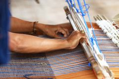 泰国传统夫人编织的编织的工作,妇女活动图片,在村庄的内地生活方式在泰国东部 免版税库存图片