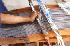 泰国传统夫人编织的编织的工作,妇女活动图片,在村庄的内地生活方式在泰国东部 库存照片