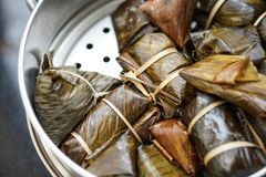 泰国传统蒸的香蕉黏米饭点心 库存图片