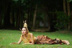 泰国传统戏曲礼服的美丽的泰国夫人 免版税库存图片