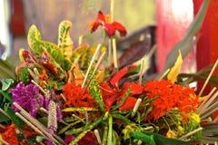 泰国传统提供开花对和尚仪式 免版税库存照片