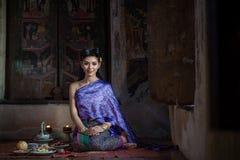 泰国传统服装的美丽的泰国女孩 免版税库存照片