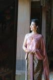 泰国传统礼服的妇女在古庙在阿尤特拉利夫雷斯 免版税库存照片