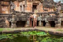 泰国传统衣服立场的妇女在Prasat Hin Phanom阶 免版税库存图片