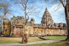 泰国传统衣服立场的妇女在Prasat Hin Phanom阶 库存照片