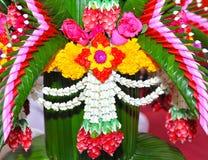 泰国传统Baci背景-提供煮熟的米根据被折叠的叶子和花的一个圆锥形安排在腕子期间 图库摄影