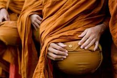 泰国佛教修士祈祷 免版税库存图片
