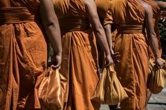 泰国佛教修士背面图给制服穿衣 免版税库存图片