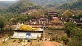 泰国佛教寺庙wirh金黄斜倚的雕象 库存图片