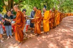泰国佛教提供的食物到修士`施舍碗 库存图片