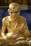 泰国佛教金黄雕象的寺庙 库存图片