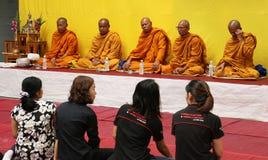 泰国修士祷告和祝福对人民 免版税图库摄影