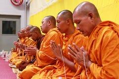 泰国修士祷告和祝福对人民 库存照片
