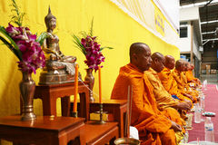 泰国修士祷告和祝福对人民 免版税库存照片