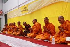 泰国修士祷告和祝福对人民 库存图片