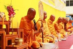泰国修士祷告和祝福对人民 免版税库存图片