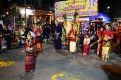 泰国儿童人民显示泰国兰纳跳舞文化旅客的在星期天走的街道Chaingrai市场上 库存照片