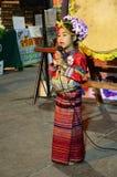 泰国儿童人民显示泰国兰纳跳舞文化旅客的在星期天走的街道Chaingrai市场上 免版税库存照片