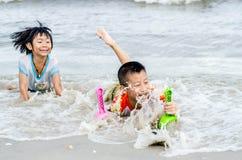 泰国兄弟和姐妹年龄6和4获得乐趣 免版税库存照片