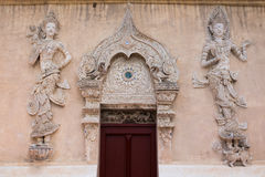 泰国兰纳样式寺庙门 免版税库存图片