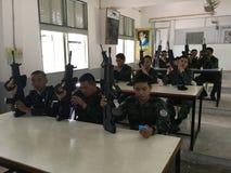泰国军队战士训练使用枪 免版税库存照片