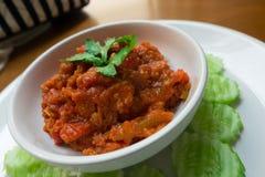 泰国北样式被剁碎的猪肉和蕃茄美味浆糊浸洗 Nam Prik Ong 库存照片