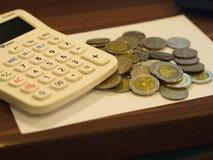 泰国十泰铢硬币Rama 9国王有计算器的营业目的 库存图片