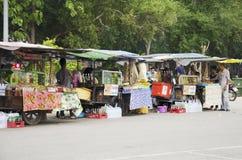 泰国回教人销售和购买产品和食物在地方restau 库存图片