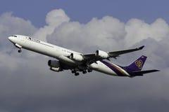 泰国国际航空空中客车A340飞机在天空的 图库摄影