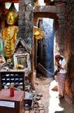 泰国在大桶Phou或Wat Phu的妇女祈祷的废墟菩萨雕象图象 库存图片