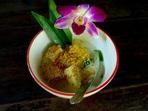 泰国在装饰的碗的点心用香蕉和coconutmilk 免版税库存图片