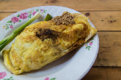 泰国在鸡蛋包裹的垫和虾。 库存照片