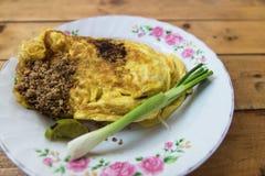 泰国在鸡蛋包裹的垫和虾。 图库摄影