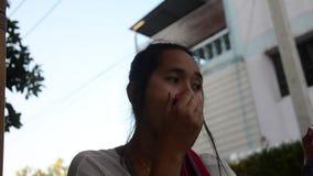 泰国在嘴唇的妇女用途红色唇膏与组成 股票录像
