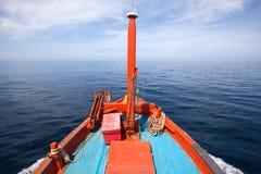 泰国地方渔夫小船头运行去海 免版税库存图片