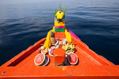 泰国地方渔夫小船头运行去海 库存照片