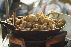 泰国地方街道食物,在一个热的平底锅的油煎的橄榄球鱼丸,光线影响增加了,选择聚焦 免版税库存照片