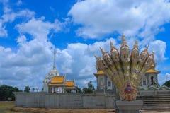 泰国地标在Suratthani 雕塑和佛教tample 在墙壁上的菩萨雕塑 免版税库存照片