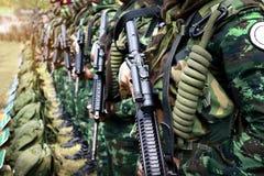 泰国士兵在行站立 伪装制服的特攻队战士在手中开枪 库存照片